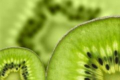 Kiwi owoc, Zamyka w górę pokrojonego kiwi abstrakcjonistycznego tła, Makro- widok Zdjęcie Royalty Free