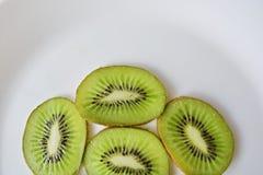 Kiwi på den vita plattan Fotografering för Bildbyråer