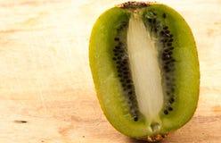 Kiwi på köksbordet Arkivfoton
