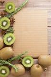 Kiwi på träbakgrund Royaltyfria Bilder
