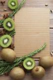 Kiwi på träbakgrund Arkivbilder