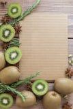 Kiwi på träbakgrund Royaltyfri Bild