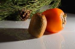Kiwi, persimmon na białego tła Świeżej owoc w wodzie Zdjęcia Stock
