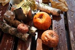 Kiwi, pesca e mela guastati, ammuffiti e nocivi sulla vecchia tavola bianca di legno, cibo non sano fotografia stock