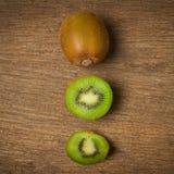 Kiwi Pokrojony halfback świeży Na starym drewnie obrazy stock