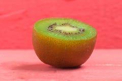 Kiwi Pokrojony halfback świeży owoc na starych drewno menchiach zdjęcie stock