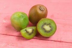 Kiwi Pokrojony halfback świeży owoc na starych drewno menchiach obraz royalty free