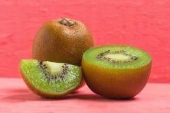 Kiwi Pokrojony halfback świeży owoc na starych drewno menchiach zdjęcie royalty free