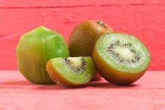 Kiwi Pokrojony halfback świeży owoc na starych drewno menchiach obrazy royalty free
