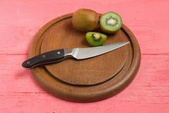 Kiwi Pokrojony halfback świeży tnąca deska z nożem na starym drewnie fotografia royalty free