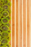 Kiwi sec se trouvant sur un tapis en bambou Photographie stock libre de droits