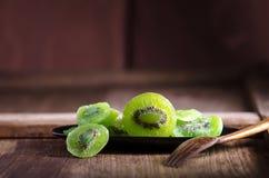 kiwi sec sur la table en bois Photos libres de droits