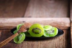 kiwi secado en la tabla de madera Foto de archivo