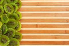 Kiwi secado que miente en una estera de bambú Imágenes de archivo libres de regalías