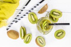 Kiwi Smoothie mit frischen Früchten Stockfotos