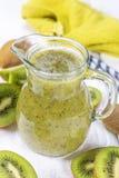 Kiwi Smoothie mit frischen Früchten Lizenzfreie Stockfotos