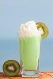 Kiwi smoothie ustawiający z pokrojonym kiwi z morzem na tle Fotografia Stock