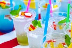 Kiwi Soda froid et frais et jus bleu d'accueil de soude dans l'Outd photo stock