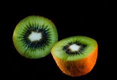 Kiwi som skivas till två som fotograferar Fotografering för Bildbyråer