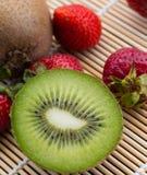 Kiwi And Strawberries Shows Berry tropical e maduro imagens de stock
