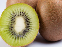 Kiwi su fondo bianco Fotografie Stock Libere da Diritti