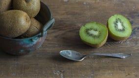 Kiwi su superficie di legno Fotografia Stock