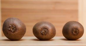 Kiwi sulla Tabella di legno Fotografia Stock