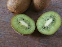 Kiwi sur un fond en bois Image libre de droits