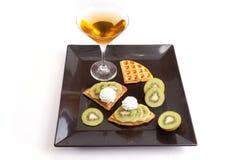 Kiwi Tart Slices med drinken royaltyfria bilder
