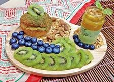 Kiwi- und Blaubeerenchoucreme mit Vanillepuddingpudding des grünen Tees Lizenzfreie Stockbilder