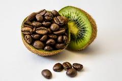 Kiwi und Kaffeebohnen Lizenzfreie Stockfotos