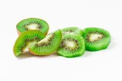 Kiwi und seine Scheiben auf Weiß Stockfotos