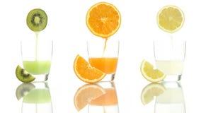 Kiwi van de sap de oranje die citroen in glas wordt gegoten stock videobeelden