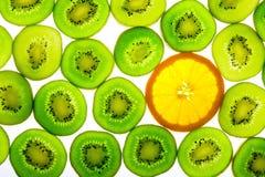 Kiwi vert avec une part orange Image stock