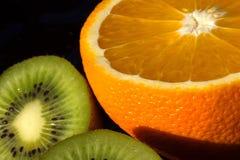 Kiwi y naranja Imágenes de archivo libres de regalías