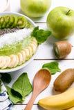 Kiwibananenspinat Smoothieschüssel Lizenzfreie Stockbilder