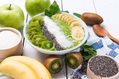 Kiwibananenspinat Smoothieschüssel Stockfoto