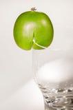 Kiwiberry με το γυαλί στοκ φωτογραφία
