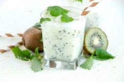 Kiwicocktailglas-Minzenweißholztisch lizenzfreies stockfoto