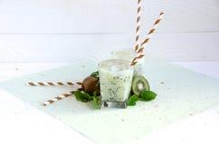 Kiwicocktailglas-Minzenweißtabelle Lizenzfreies Stockbild