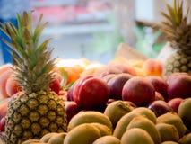 kiwien en ananas bij de open markt Royalty-vrije Stock Afbeelding