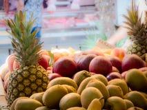 kiwien en ananas bij de open markt Stock Fotografie
