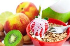 kiwien för äppleflakesgaffeln mjölkar persikajordgubben royaltyfri fotografi