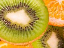 Kiwies en sinaasappelen stock foto's