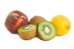 Kiwifrüchte, -pfirsich und -zitrone getrennt auf Weiß Stockbilder