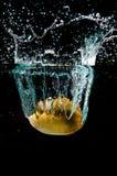 Kiwifrucht im Wasser Lizenzfreie Stockbilder