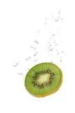 Kiwifrucht im Wasser mit Luftblasen Lizenzfreies Stockfoto
