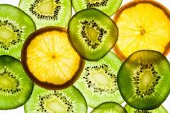 Kiwifrucht und -orange in der Hintergrundbeleuchtung Stockbilder