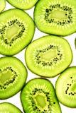 Kiwifruit affettato isolato sul colpo bianco dello studio fotografie stock libere da diritti