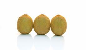 Kiwifruit drei auf weißem Hintergrund stockfotografie